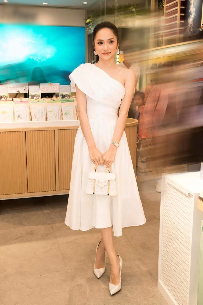 Giữa muôn vàn mĩ nhân chưng diện váy dạ hội dài thướt tha, Hương Giang chọn cho mình chiếc đầm ngắn dưới gối nhưng không kém nữ tính, ngọt ngào khi tham dự một sự kiện mỹ phẩm đến từ Hàn Quốc.