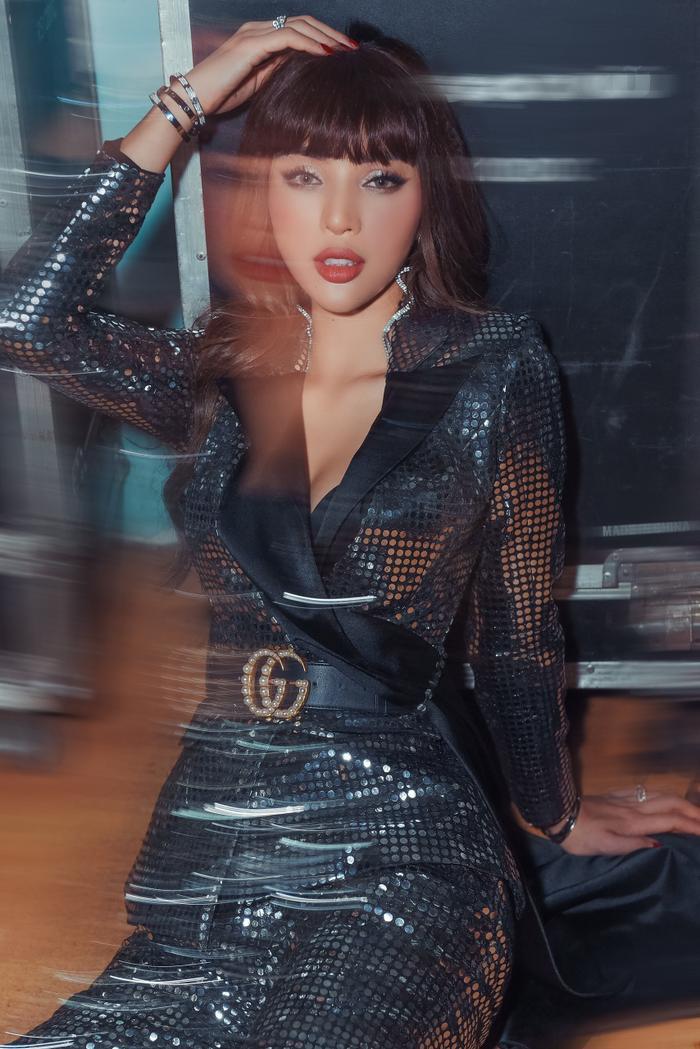 Khả Trang cũng lọt vào danh sách sao đẹp tuần qua với bộ vest sequin bắt sáng lấp lánh.