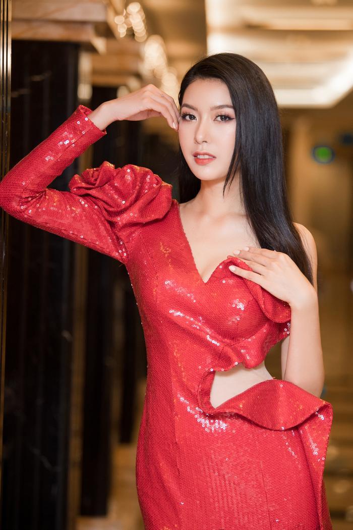 Chiếc váy với chất liệu sequin lấp lánh, có các đường cắt táo bạo giúp tôn lên dáng vóc người mặc.