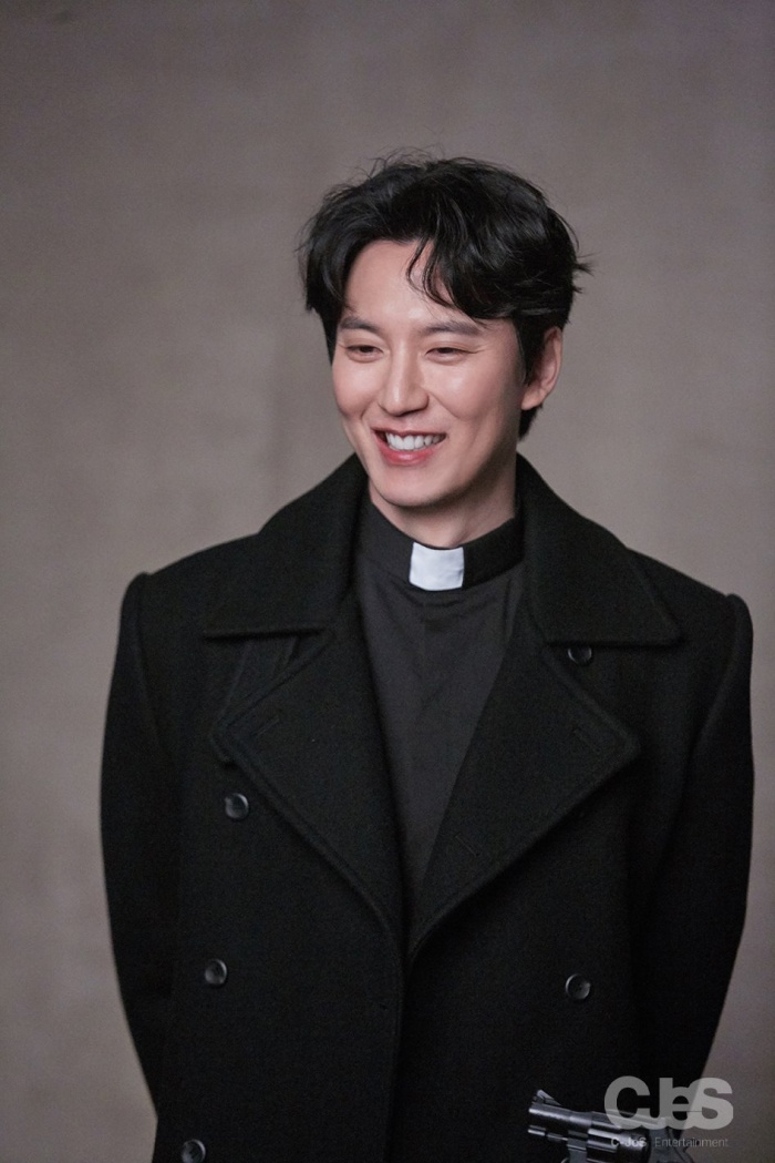 Vai diễn Linh mục giúp Kim Nam Gil càn quét các giải thưởng.