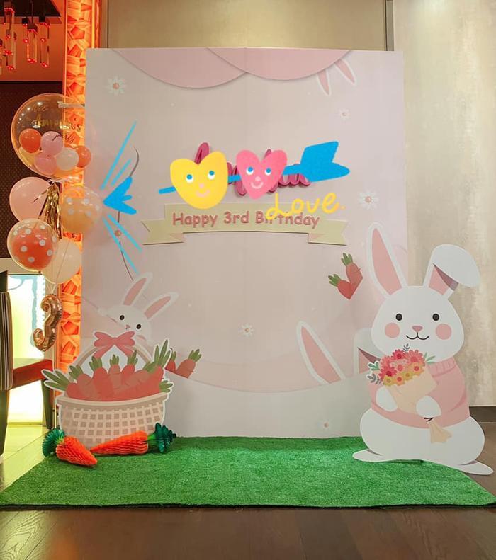 Lâm Tâm Như và Hoắc Kiến Hoa tổ chức tiệc sinh nhật ngập tràn thỏ cho con gái cưng