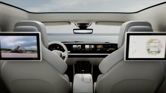 Về nội thất, Sony Vision-S được trang bị một màn hình hiển thị trải dài trên táp-lô từ vị trí người lái cho đến hành khách.Ghế của hành khách phía sau cũng có màn hình để phục vụ nhu cầu giải trí.(Ảnh:Vjeran Pavic / The Verge)