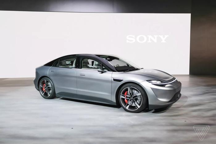 Theo The Verge, mẫu xe Vision-S của Sony mang đường nét thiết kê của Porsche, đặc biệt là xung quanh hệ thống đèn pha. Trong khi đó, phần hông xe lại giống với mẫu Lucid Motor Air.(Ảnh:Vjeran Pavic / The Verge)