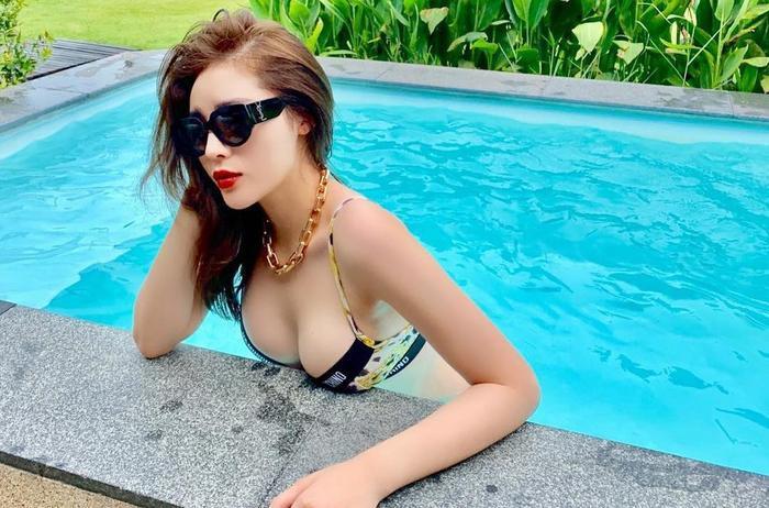 Trong nhiều bức ảnh, Hoa hậu Kỳ Duyên còn bị cư dân mạng bóc phốt việc photoshop vòng một quá tay. Có vẻ như khi lên hình ai cũng muốn vòng một trở nên cực đại và Kỳ Duyên cũng không ngoại lệ.