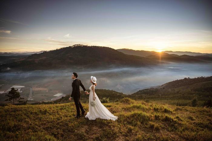Hậu hôn lễ bí mật, Minh Anh khoe bộ ảnh cưới lung linh cùng vợ tại Đà Lạt ảnh 2