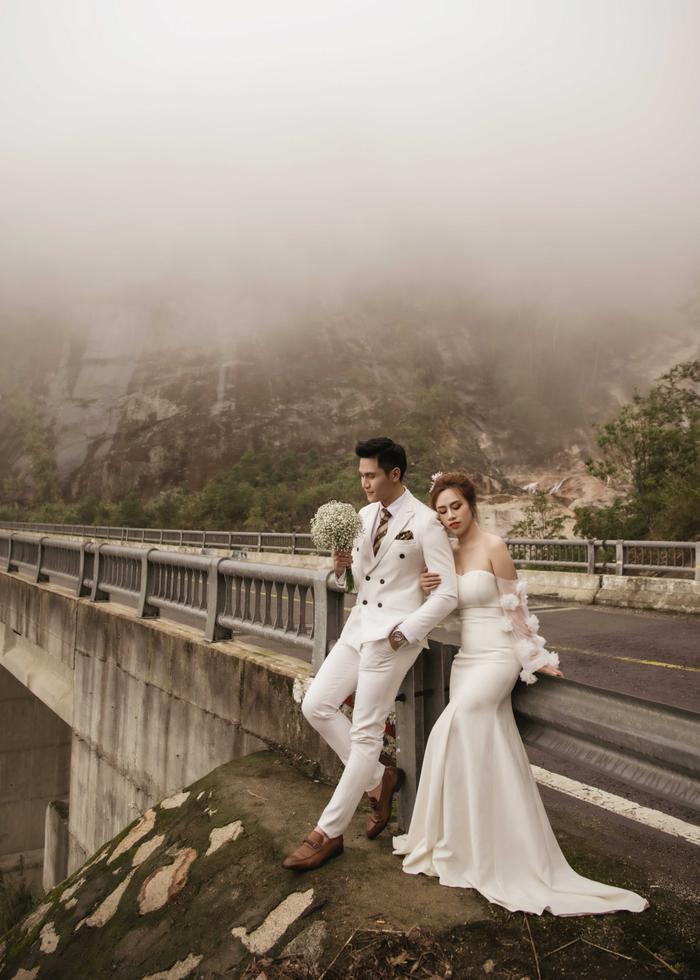 Hậu hôn lễ bí mật, Minh Anh khoe bộ ảnh cưới lung linh cùng vợ tại Đà Lạt ảnh 3