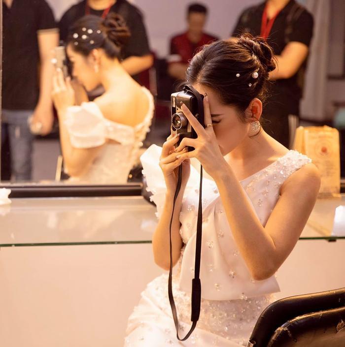 Chi Pu khiến fan thích thú khi thường xuyên chụp ảnh đồng nghiệp.