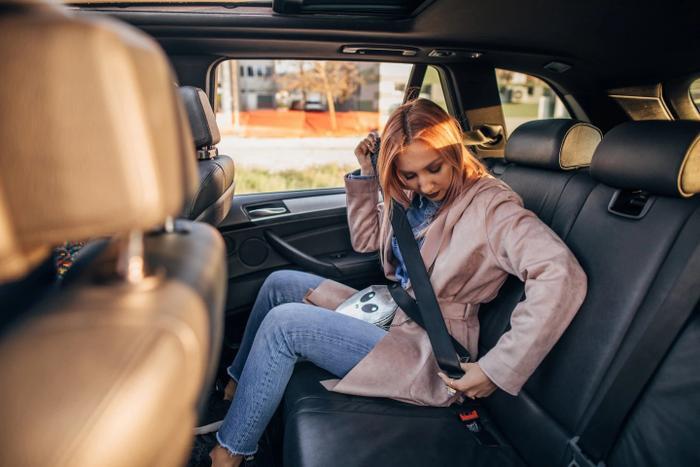 Nghị định 100/2019/NĐ-CP đưa ra mức phạt tiền từ 300.000 đồng đến 500.000 đồng đối với người được chở trên xe ô tô không thắt dây an toàn khi xe đang chạy. (Ảnh minh họa: iStock)