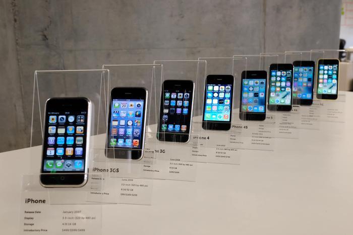 iPhone là một trong những dòng điện thoại thành công nhất thế giới. (Ảnh: MacPaw)
