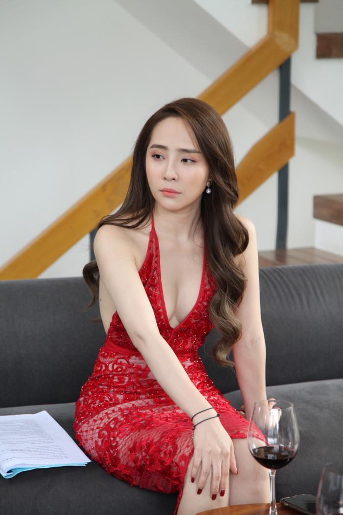 Quỳnh Nga khoe vẻ gợi cảm nhưng không kém phần mỏng manh qua chiếc váy ren đỏ hở bạo phần ngực và lưng