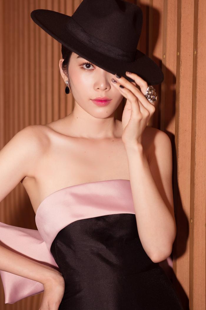Chiêu trò như Nam Em hóa thân thành nữ ảo thuật gia gợi cảm, khoe thềm ngực nõn nà chiếm trọn spotlight ảnh 6