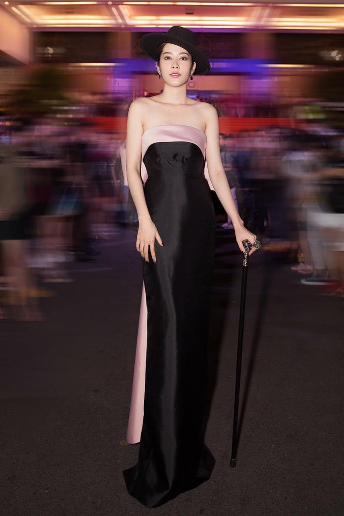 Chiêu trò như Nam Em hóa thân thành nữ ảo thuật gia gợi cảm, khoe thềm ngực nõn nà chiếm trọn spotlight ảnh 0
