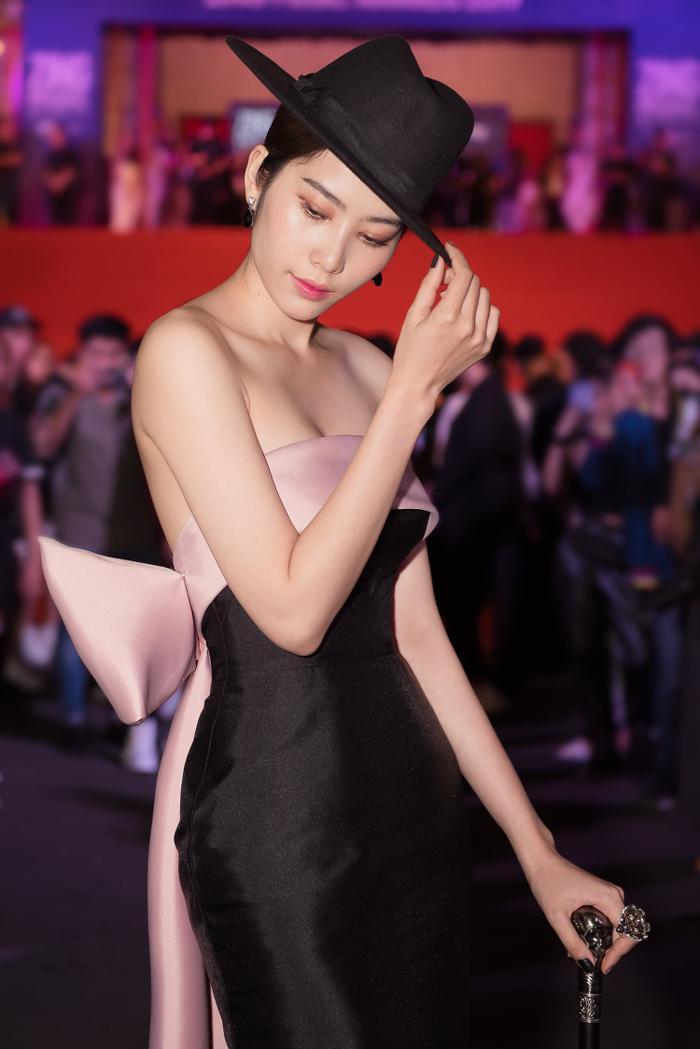 Chiêu trò như Nam Em hóa thân thành nữ ảo thuật gia gợi cảm, khoe thềm ngực nõn nà chiếm trọn spotlight ảnh 1