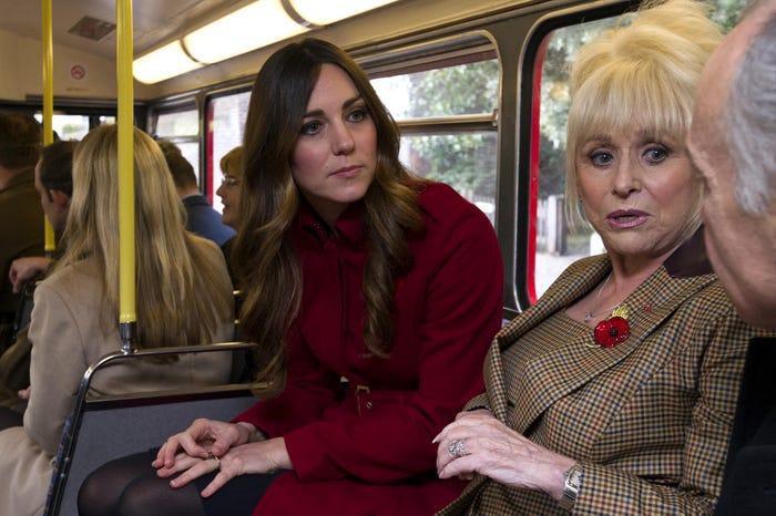 13 khoảnh khắc hài hước chứng minh Kate Middleton cũng giống mọi người vợ người mẹ khác ảnh 12