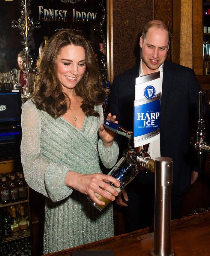 13 khoảnh khắc hài hước chứng minh Kate Middleton cũng giống mọi người vợ người mẹ khác ảnh 9