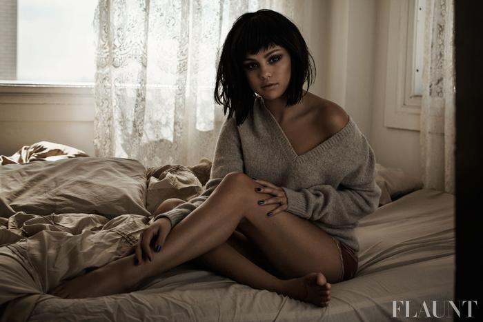 """""""Rare đáng lẽ đã được phát hành vào thời điểm 2 năm trước, nhưng vì quá nhiều chuyện xảy ra nên tôi phải quyết định trì hoãn nó đến tận bây giờ."""" - Selena Gomez chia sẻ."""