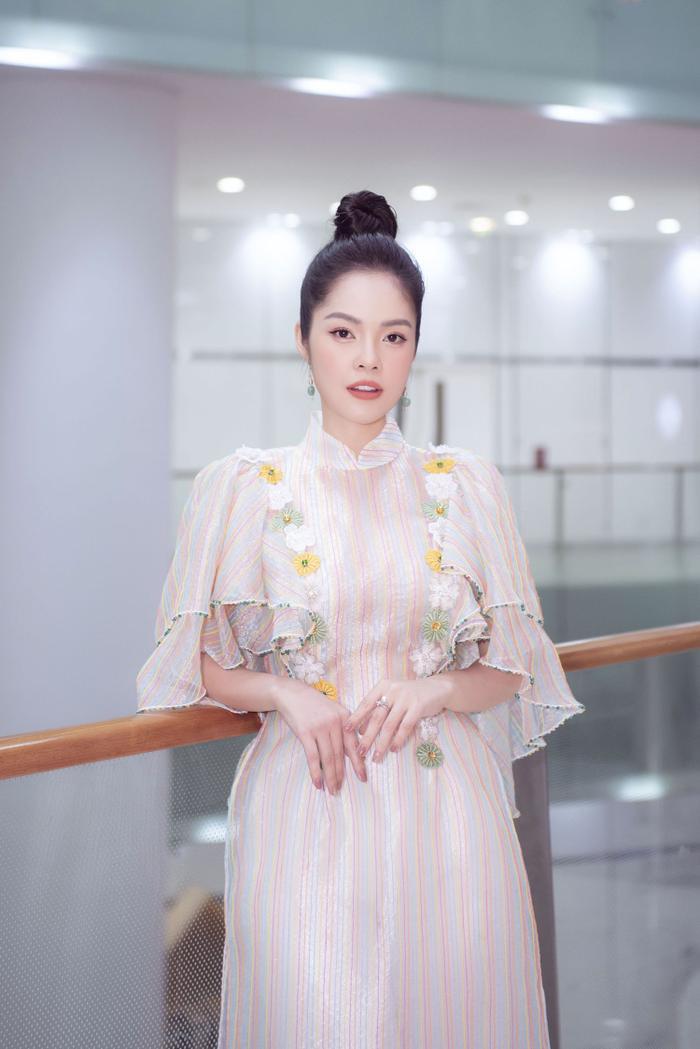 Dương Cẩm Lynh diện áo dài tha thướt, khoe nhan sắc dịu dàng chuẩn bị tuổi tứ tuần ảnh 4