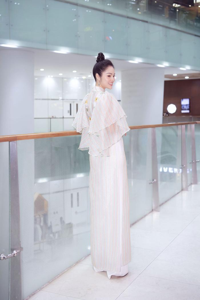 Dương Cẩm Lynh diện áo dài tha thướt, khoe nhan sắc dịu dàng chuẩn bị tuổi tứ tuần ảnh 1