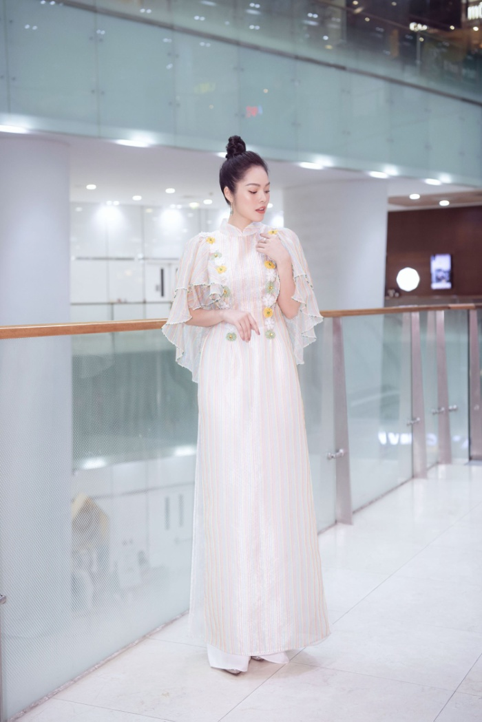 Dương Cẩm Lynh diện áo dài tha thướt, khoe nhan sắc dịu dàng chuẩn bị tuổi tứ tuần ảnh 3