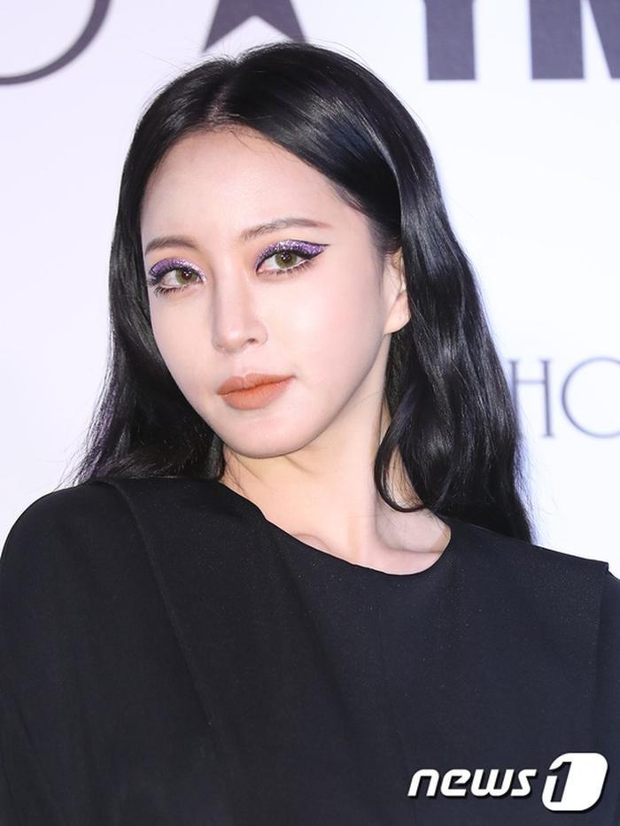 Đôi mắt được makeup phủ toàn nhũ tím của Han Ye Seul tại sự kiện