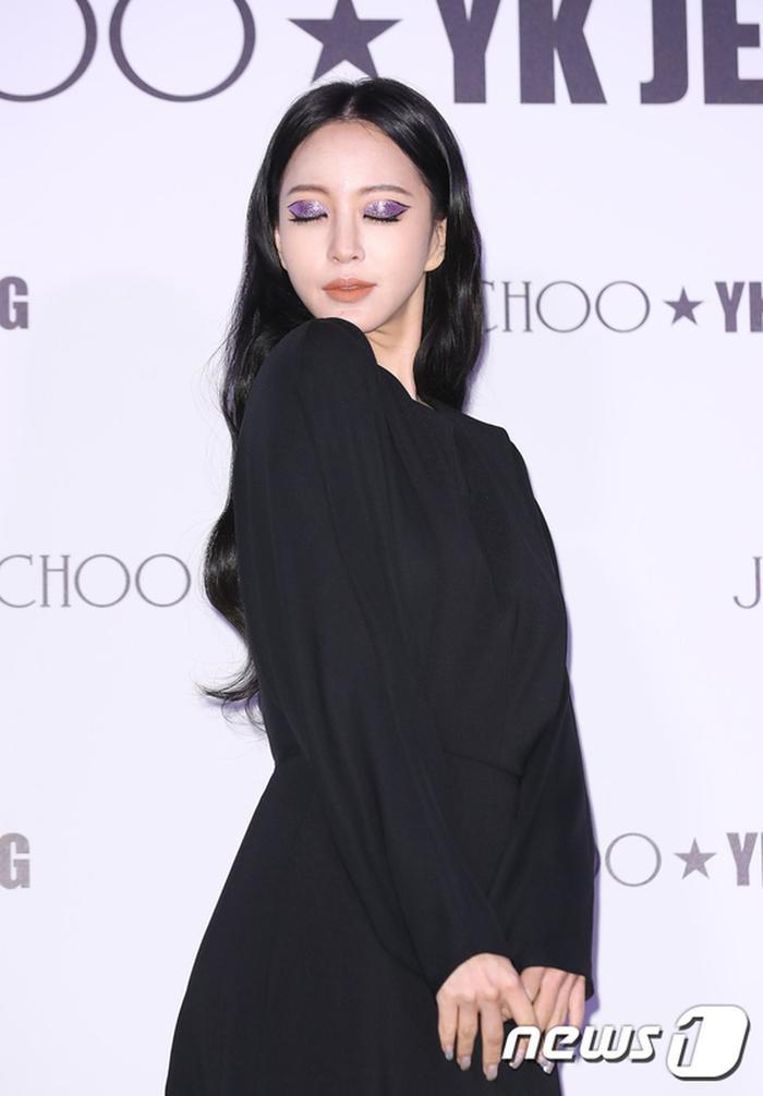 Tổng thể gương mặt của Han Ye Seul được make up đơn giản tự nhiên, chỉ có phần mắt là được chú trọng và làm nổi bật với ánh tím lấp lánh