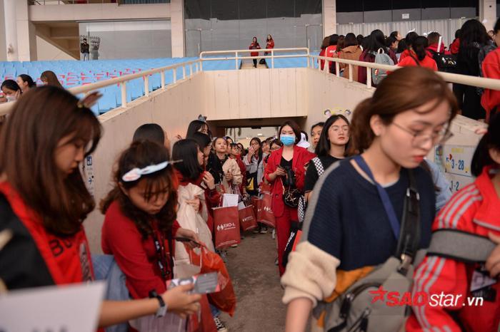 Cập nhật 2020 Kpop Super Concert trước giờ G: Mỹ Đình đông kín, hé lộ những hình ảnh đầu tiên về sân khấu chính thức ảnh 11