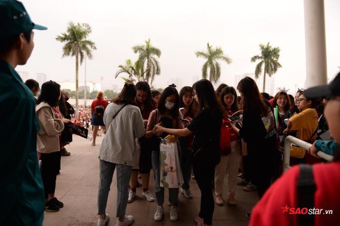 Cập nhật 2020 Kpop Super Concert trước giờ G: Mỹ Đình đông kín, hé lộ những hình ảnh đầu tiên về sân khấu chính thức ảnh 8
