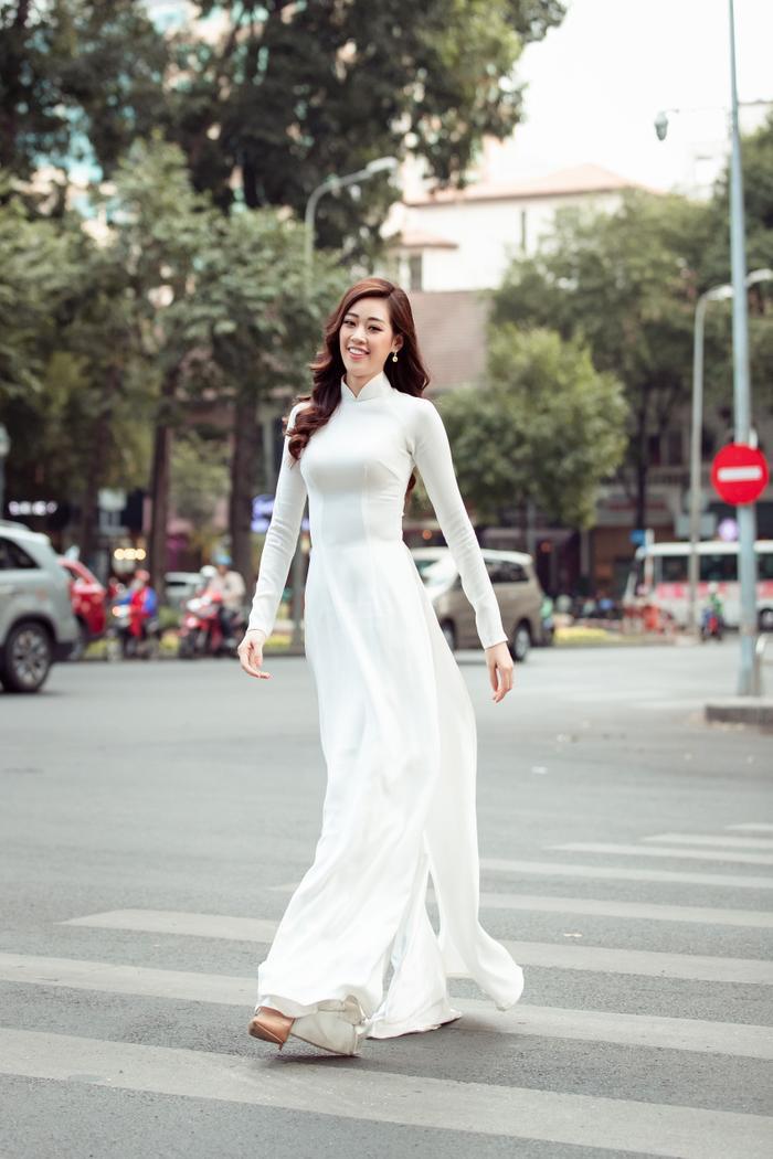Hoa hậu Khánh Vân diện áo dài trắng đẹp dịu dàng dạo phố cùng bố, tiết lộ về hoa tai may mắn ảnh 5