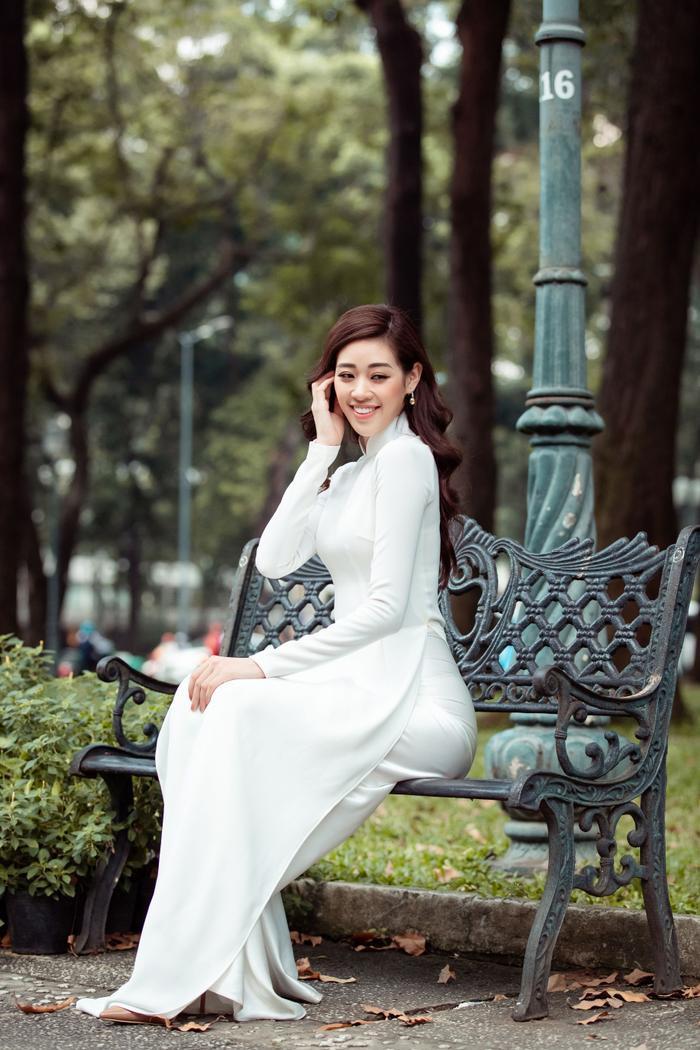 Hoa hậu Khánh Vân diện áo dài trắng đẹp dịu dàng dạo phố cùng bố, tiết lộ về hoa tai may mắn ảnh 6