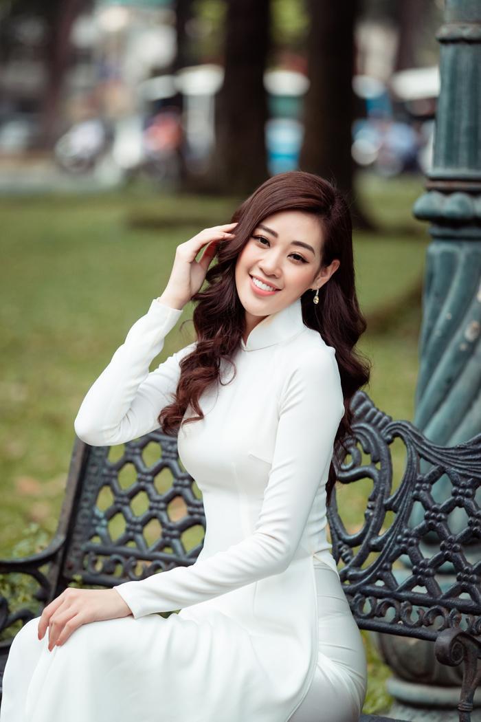 Hoa hậu Khánh Vân diện áo dài trắng đẹp dịu dàng dạo phố cùng bố, tiết lộ về hoa tai may mắn ảnh 7