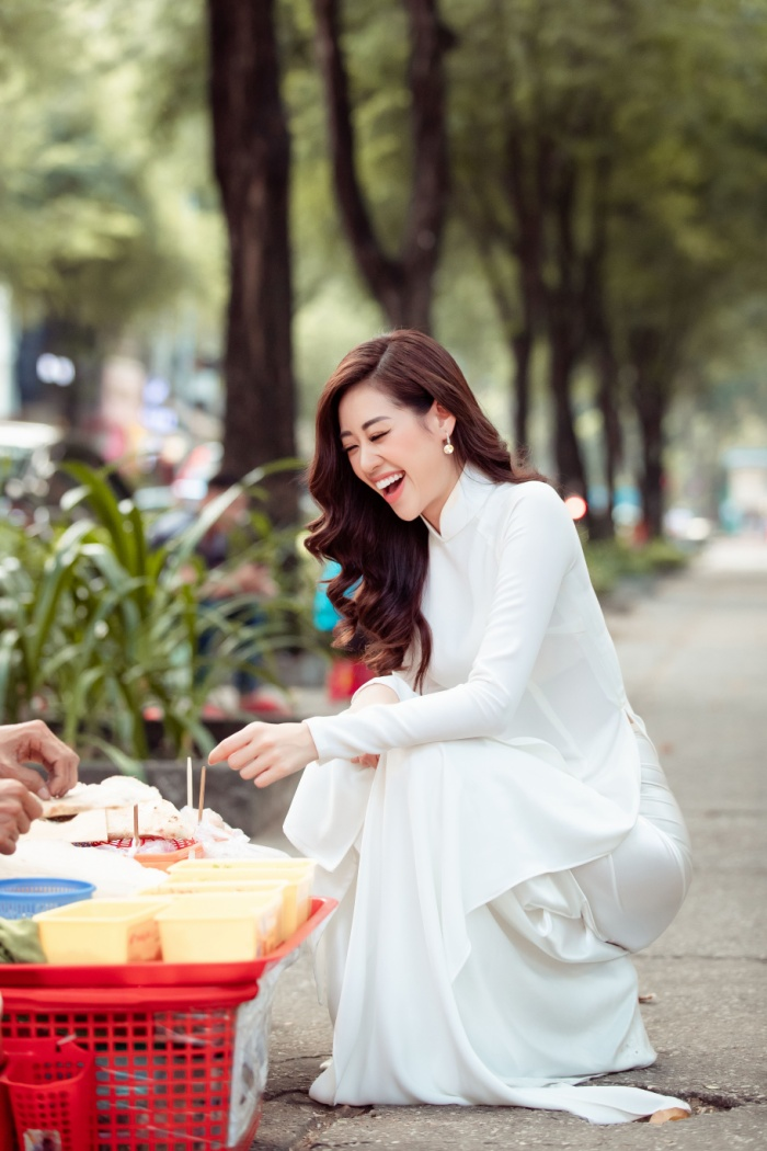 Hoa hậu Khánh Vân diện áo dài trắng đẹp dịu dàng dạo phố cùng bố, tiết lộ về hoa tai may mắn ảnh 8