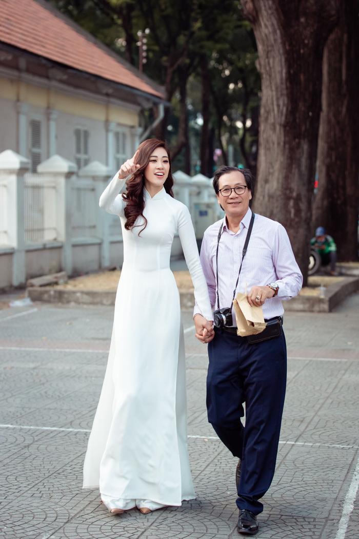 Hoa hậu Khánh Vân diện áo dài trắng đẹp dịu dàng dạo phố cùng bố, tiết lộ về hoa tai may mắn ảnh 0