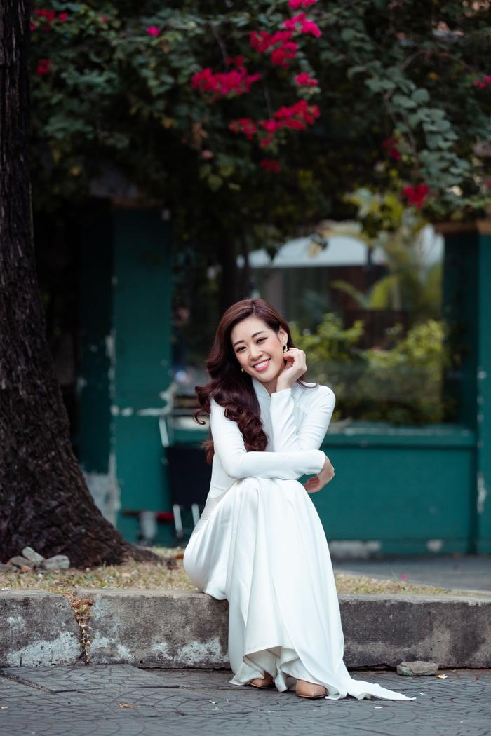 Hoa hậu Khánh Vân diện áo dài trắng đẹp dịu dàng dạo phố cùng bố, tiết lộ về hoa tai may mắn ảnh 10
