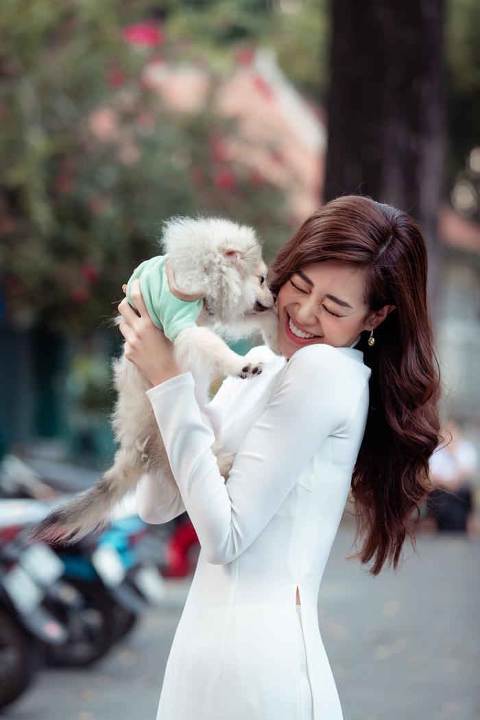 Hoa hậu Khánh Vân diện áo dài trắng đẹp dịu dàng dạo phố cùng bố, tiết lộ về hoa tai may mắn ảnh 11