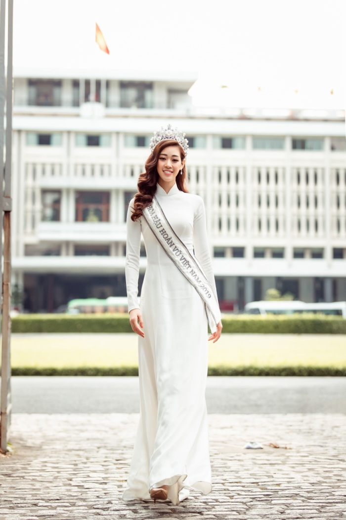 Hoa hậu Khánh Vân diện áo dài trắng đẹp dịu dàng dạo phố cùng bố, tiết lộ về hoa tai may mắn ảnh 4