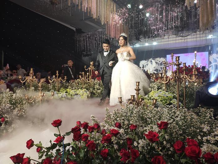 Lâm Khánh Chi chơi lớn tặng quà đặc biệt cho 10 cặp đôi LGBT tại lễ cưới tập thể ảnh 11