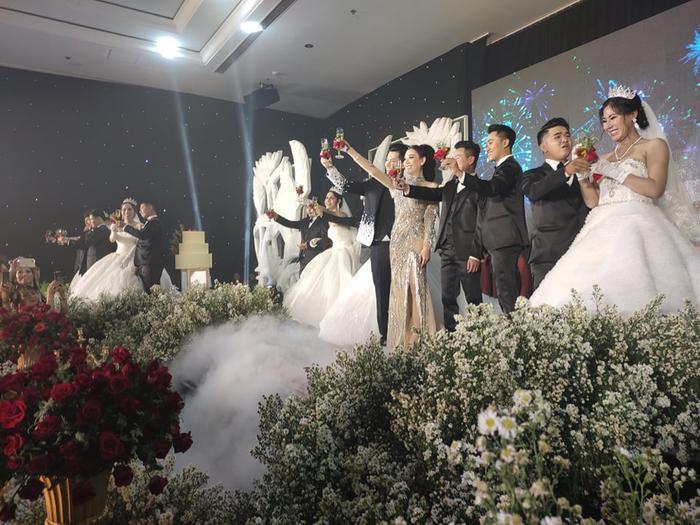Lâm Khánh Chi chơi lớn tặng quà đặc biệt cho 10 cặp đôi LGBT tại lễ cưới tập thể ảnh 6