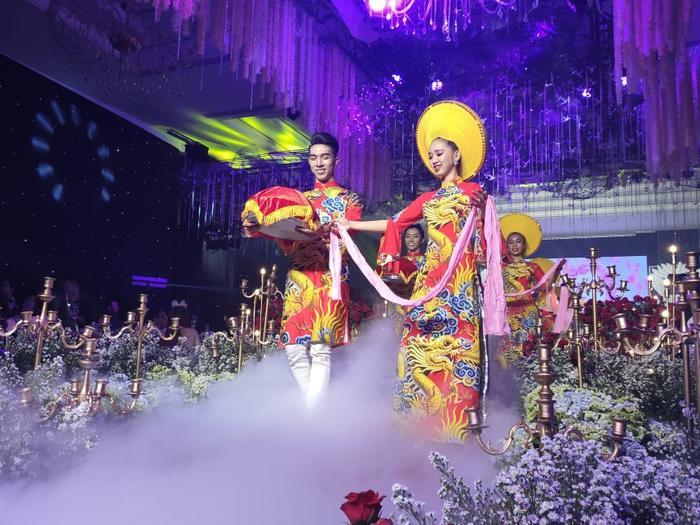 Lâm Khánh Chi chơi lớn tặng quà đặc biệt cho 10 cặp đôi LGBT tại lễ cưới tập thể ảnh 3