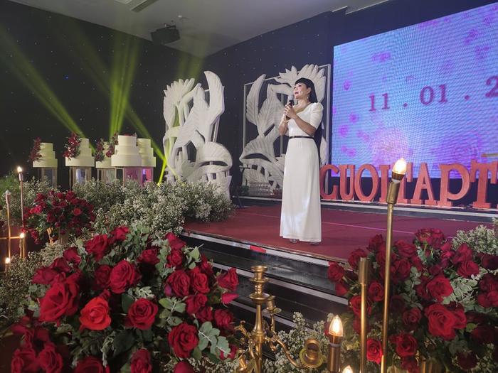 Nghệ sĩ Ngọc Huyền biểu diễn tại đám cưới.