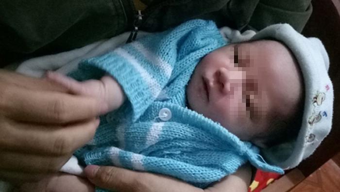 Hình ảnh bé trai 20 ngày tuổi bị bỏ rơi. Ảnh: Báo Pháp luật Việt Nam