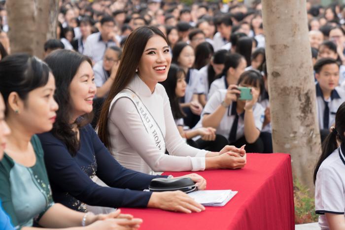 Á hậu Kim Duyên đẹp rạng rỡ, trao học bổng 80 triệu cho học sinh  sinh viên Cần Thơ ảnh 0