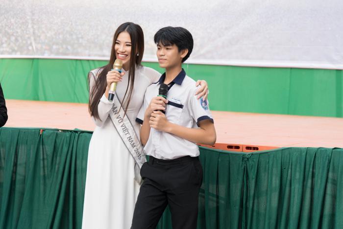 Á hậu Kim Duyên đẹp rạng rỡ, trao học bổng 80 triệu cho học sinh  sinh viên Cần Thơ ảnh 3