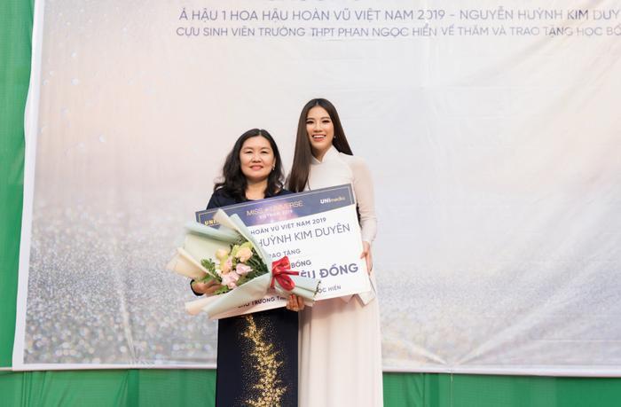 Á hậu Kim Duyên đẹp rạng rỡ, trao học bổng 80 triệu cho học sinh  sinh viên Cần Thơ ảnh 1