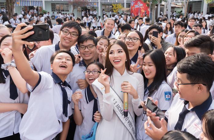 Á hậu Kim Duyên đẹp rạng rỡ, trao học bổng 80 triệu cho học sinh  sinh viên Cần Thơ ảnh 2