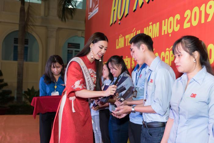 Á hậu Kim Duyên đẹp rạng rỡ, trao học bổng 80 triệu cho học sinh  sinh viên Cần Thơ ảnh 11