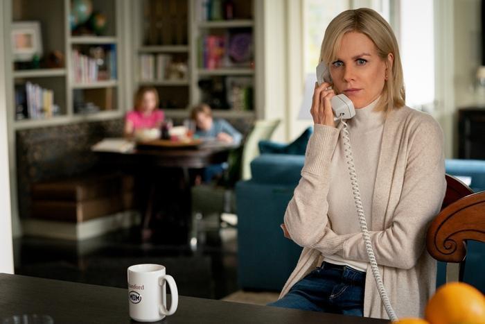 Nữ luật sư Kelly do Charlize Theron thủ vai.