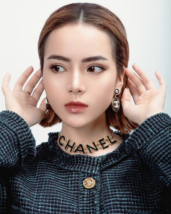 Hoa tai và dây chuyền Chanel khiến chiếc áo khoác dạ thêm phần bắt mắt