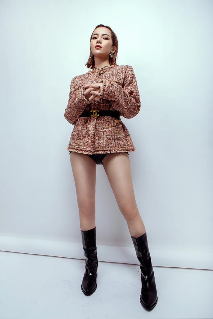 Áo khoác dạ mix với thắt lưng và bốt da bóng cool ngầu