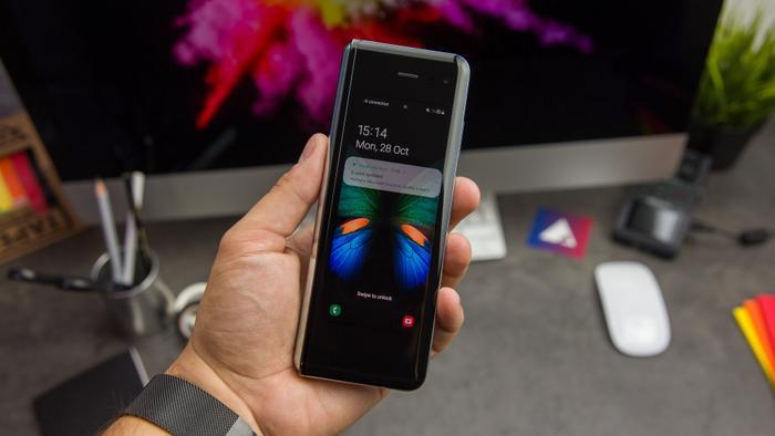 Khi gập lại,Galaxy Fold có kích thước nhỏ gọn, màn hình 4,6 inch, dễ dàng cầm và thao tác bằng một tay.(Ảnh:© AndroidPIT)
