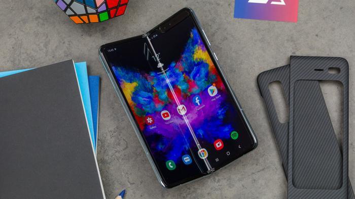 Nói đến những chiếc điện thoại đắt nhất hiện nay, không thể không nhắc tới Galaxy Fold của ông lớn Samsung. Đây cũng là điện thoại thông minh đầu tiên có thể gập lại.(Ảnh:© AndroidPIT)